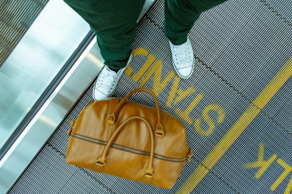 baggage travel light on planes