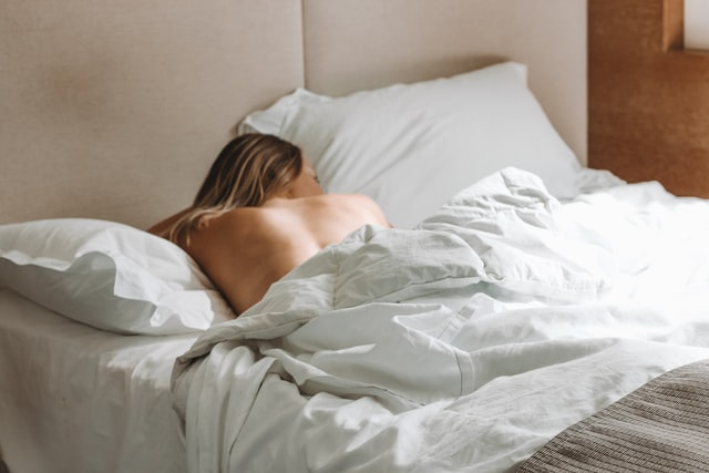 get better sleep during hot weather sleep naked